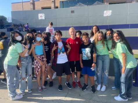 Link Crew with students at Freshman Tailgate